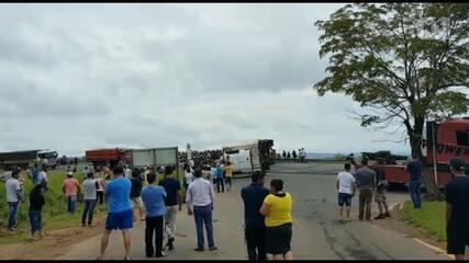 Carreta com 27 toneladas de carne tomba, e carga é saqueada por 2 mil pessoas, diz PRE