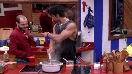 Lucas cozinha feijão com rabada e ensina Mahmoud a fazer ovo cozido