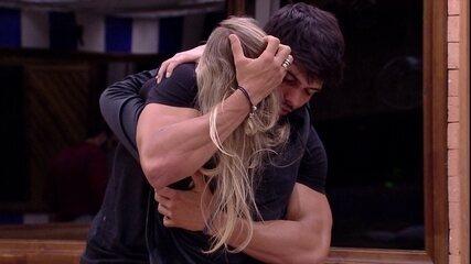 Jéssica dá boa noite e abraça Lucas