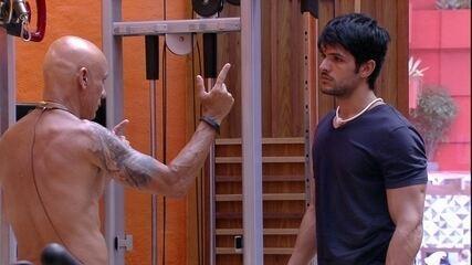 Lucas desabafa com Ayrton sobre mudança de comportamento dos brothers