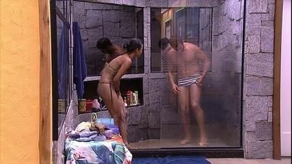Kaysar e Gleici tomam banho juntos