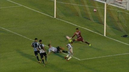 Ele de novo! Vilar defende chute cara a cara com Róger Guedes, aos 16 do segundo tempo