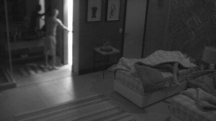Ayrton levanta, vai ao banheiro e Ana Clara abre os olhos