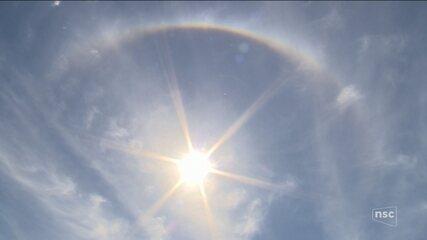 Halo solar aparece no céu de Florianópolis; Leandro Puchalski comenta fenômeno