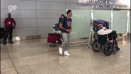 Goleiro Fábio, que estava na Argentina com o Cruzeiro, retorna a BH após perder o pai