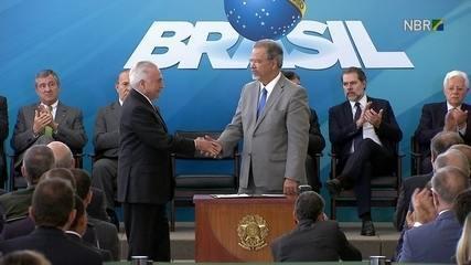 Michel Temer assina termo que nomeia Raul Jungmann como Ministro de Estado Extraordinário