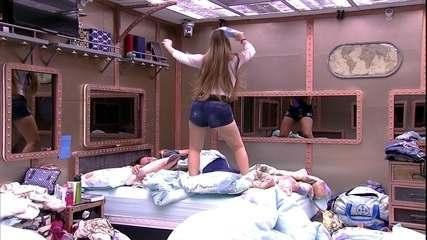 Patrícia pula em cama de Diego com música de Luan Santana