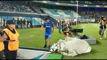 Fred deixa campo mancando e segue para vestiário do Cruzeiro, no El Cilindro