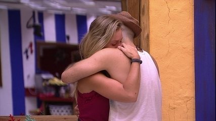 Jéssica chora nos braços de Mahmoud após eliminação de Lucas: 'Muita saudade'