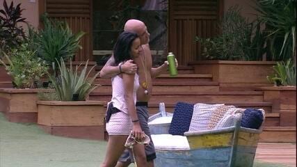 Ayrton abraça Gleici: 'Minha filhinha postiça'