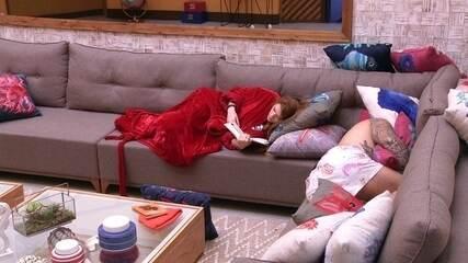 Ana Clara lê ao lado de Caruso, que dorme na sala