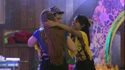 Gleici pergunta a Kaysar: 'Por que você não beija a Patrícia?'