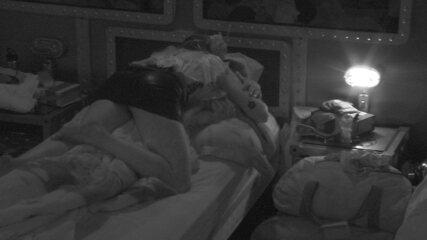 Paula se joga em cima de Breno e beija o brother após Festa Brega