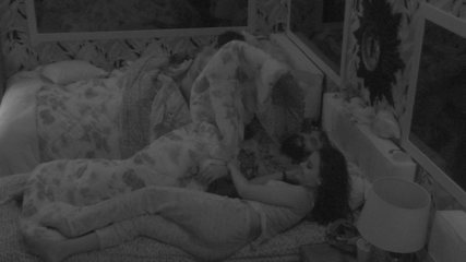 Gleici pula para cama de Wagner e os dois vão para debaixo do edredom