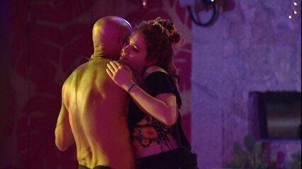 Ayrton volta para a Festa Brega e dança com Ana Clara