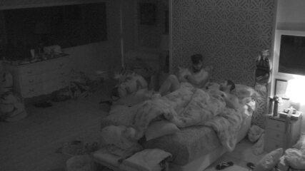 Mahmoud observa Kaysar dormindo