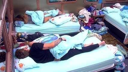Paula e Breno continuam dormindo após o toque de despertar