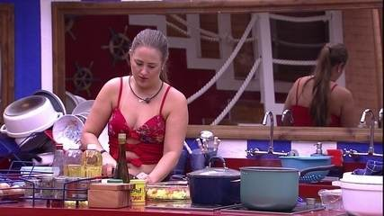 Patrícia faz o almoço sozinha e canta 'Don't Stop Dancing', da banda Creed