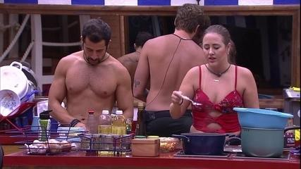 Patrícia fala sobre forró e Kaysar imita Breno dançando