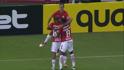 Gol do Inter! Iago aproveita a bola e manda o chute para as redes aos 7 min