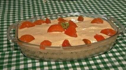 Extensionista da Emater ensina a fazer torta gelada de caqui, em Anápolis
