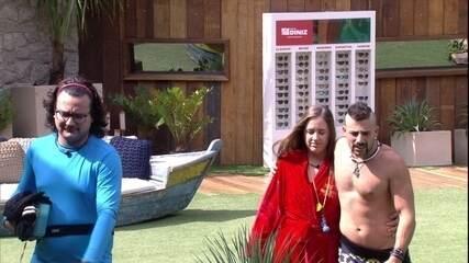 Kaysar e Patrícia voltam abraçados para o Bangalô do Líder