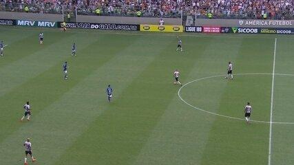 Zagueiro Leo, do Cruzeiro, dá cotovelada no atacante Ricardo Oliveira, do Atlético-MG