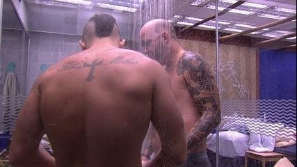 Caruso e Kaysar tomam banho juntos no Bangalô do Líder