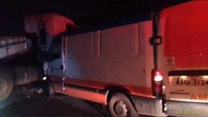 Caminhoneiro tenta fazer retorno proibido e bate em ambulância