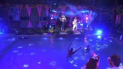 Kaysar e Caruso curtem show de Anavitória dentro da piscina