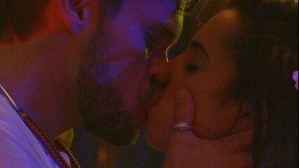 Paula e Breno dão beijão na Festa Havaí