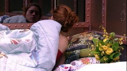 Ana Clara se cobre até a cabeça e volta a dormir