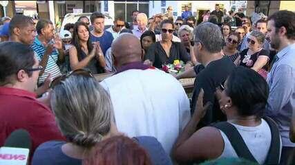 Corpos de Marielle e Anderson são enterrados no Rio sob forte emoção
