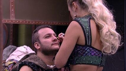 Jéssica faz maquiagem em Diego