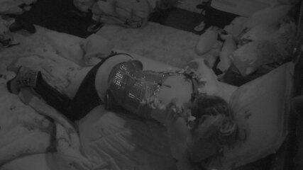 Paula deita em cima de Breno depois da Festa Intergaláctica