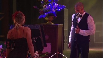 Jéssica dança para Kaysar, que dubla no microfone da festa A Era do Rádio