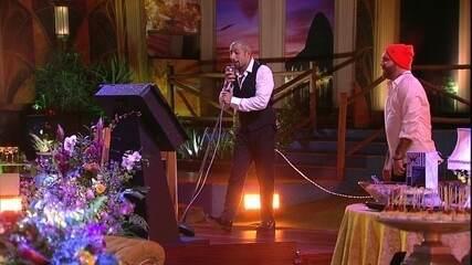 Kaysar solta a voz no karaokê, com a música 'Ai se eu te pego'