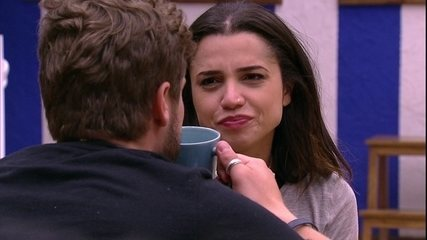Paula e Breno imaginam tomar café da manhã juntos pelo grupo Tá com Tudo