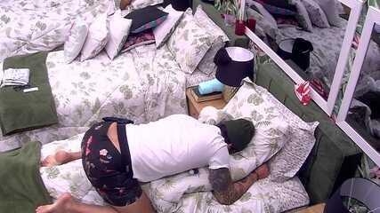 Wagner pula em cima da cama em que Gleici está deitada