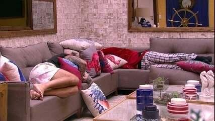 Breno descansa no sofá ao lado de Caruso