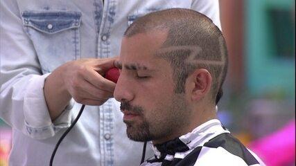 Kaysar passa máquina no cabelo e avisa para não tirar a parte de trás do cabelo