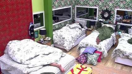 Viegas descansa no Quarto Tropical do BBB
