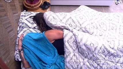 Breno e Paula continuam deitados mesmo com o toque de despertar