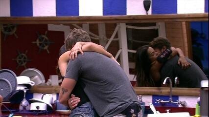 Breno e Paula se abraçam na cozinha