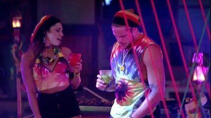 Breno e Paula cantam empolgados a música 'Me Deixa' na Festa Reggae