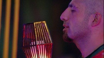 Kaysar usa tocha como microfone em perfomance