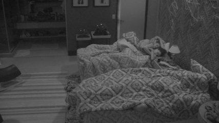 Paula e Breno dormem abraçadinhos