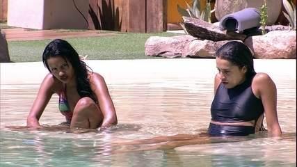 Paula e Gleici se divertem na piscina