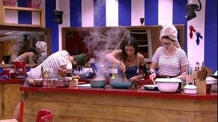 Ana Clara e Paula cozinham em silêncio