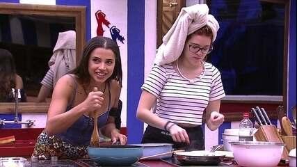 No Tá com Nada, Ana Clara frita rãs ao lado de Paula